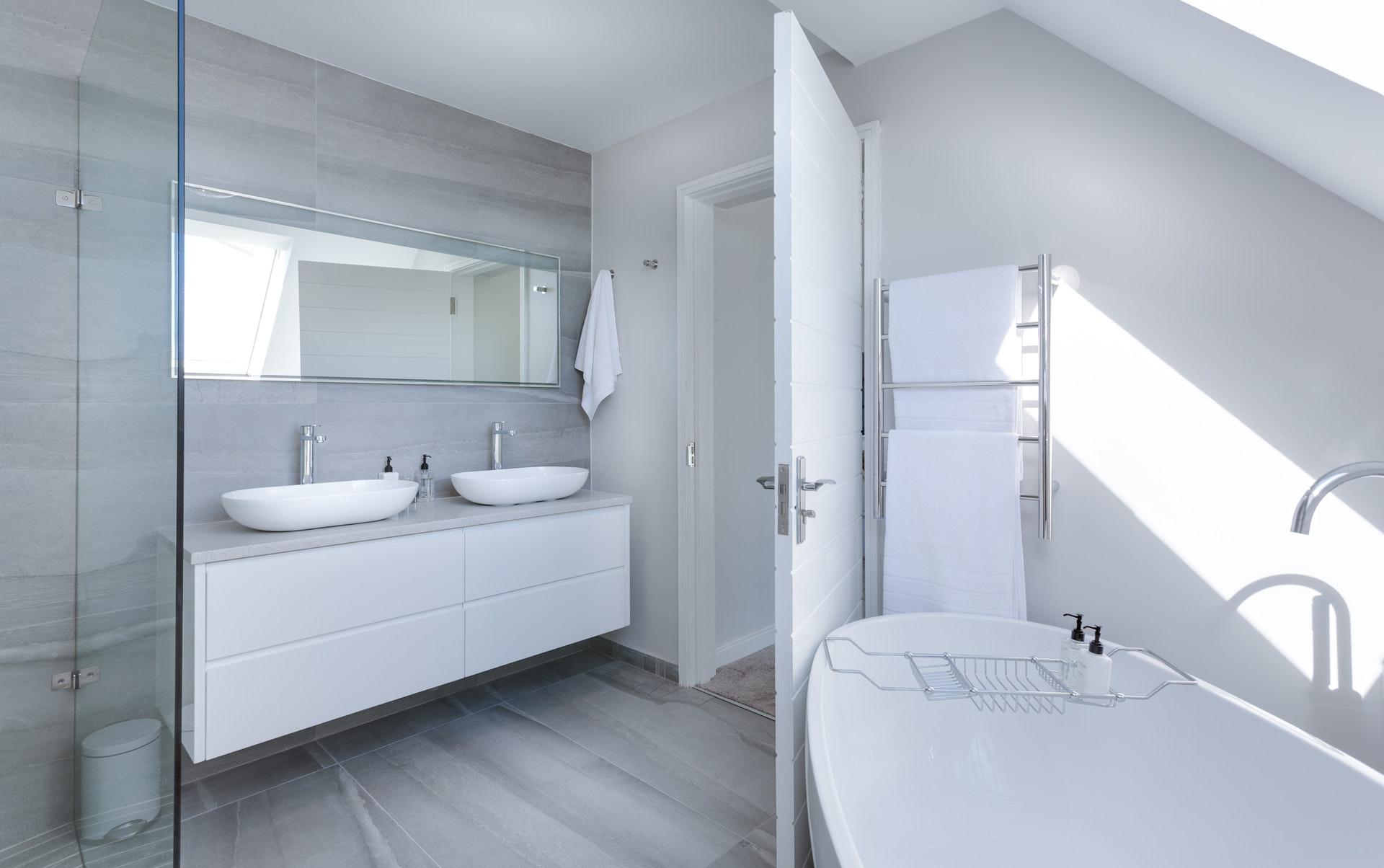 les avantages du carrelage imitation bois pour la salle de bain